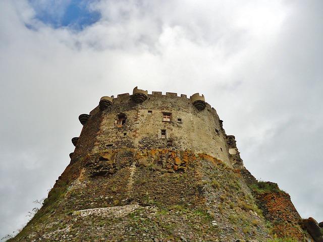 Les chiens en laisse sont acceptés au château de Murol
